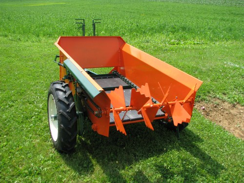 Compact Tractor Seeder : Manure spreader for fine saw dust and wood chip bedding